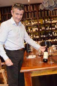 Juan Ferrer en su tienda Enópata de Valencia