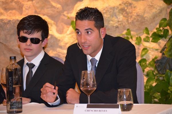 Rafael Reyes en un momento durante su intervención dando la nota de cata de los vinos junto al joén sumiller Jonatan Armagol