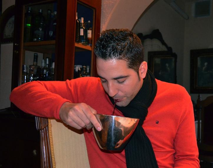 Rafael Reyes desecha una porción de vino durante una cata en La Masía de Chencho.