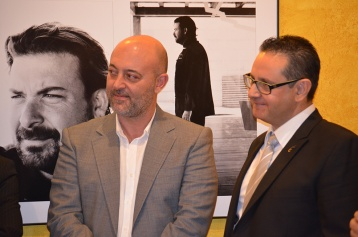 VCrown junto al mecenas de la exposición fotográfica Juan José Sellés en un momento de la intervención de los retratados