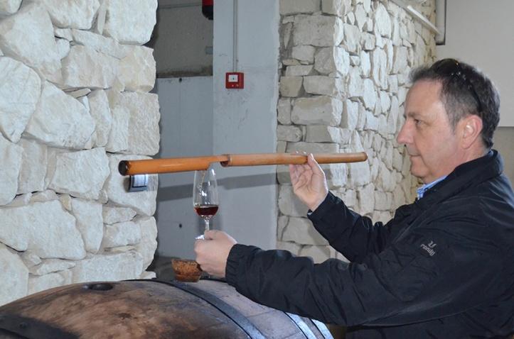 Rafael Poveda sirviendo Fondillón con una venencia en la sacristía de su bodega