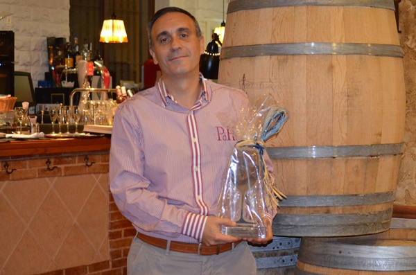 Miguel Ángel Garri muestra su premio recientemente conseguido