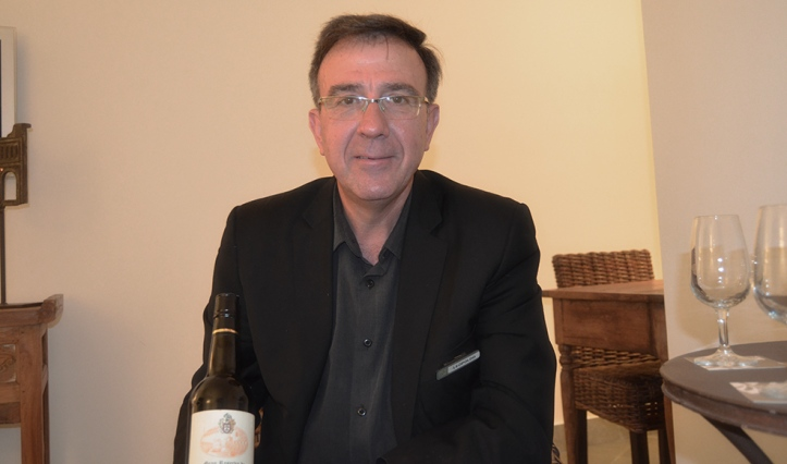 Leopoldo Román es el metre del restaurante Els Capellans de Elche