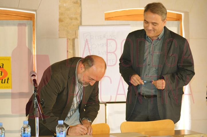 Momento en el que se produce la rúbrica del acuerdo marco durante la primera jornada del II Curso Microviña. /LBA
