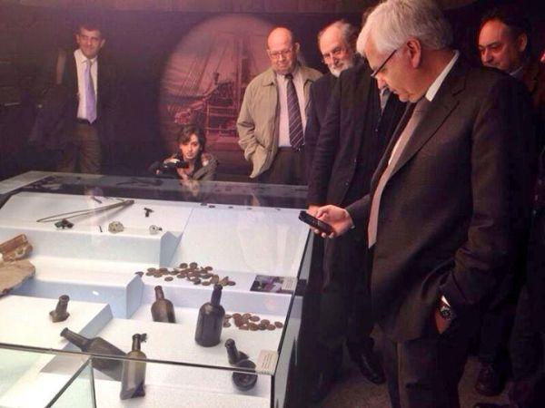 El Conseller de Cultura de la Generalitat Catalana, D. Ferran Mascarell, fotografiando la histórica botella.