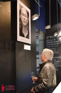 Los retratos  acompañados de los textos de Piqueres fueron admirados por el público asistente a la inauguración.