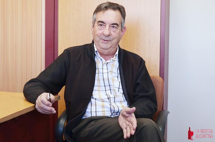 En su despacho del CSIC en la Universidad de Murcia, Fernando Riquelme expuso la puesta en valor que hace la Cofradia del Reino de la Monastrell de esta variedad autóctona levantina.