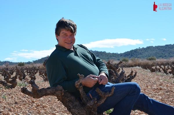 Stéphane Point posa en los campos de cepas viejas de Monastrell que la bodega Ibérica Bruno Prats tiene en Alicante.