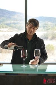 Stéphane Point sirve una copa de MosYca para explicar los matices que aporta este vino.