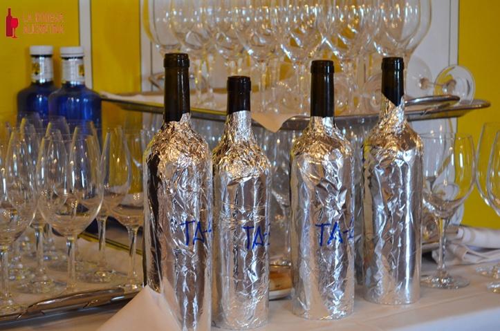 Las botellas se presentaban envueltas en papel de aluminio para su cata a ciegas, identificadas únicamente por una referencia.