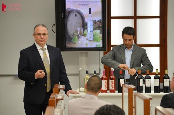 Pedro Cáceres (izqd.) durante un instante de la presentación de la alianza de la bodega Salvador Poveda con Vid y Olivo Inversiones en Alicante el pasado mes de abril de 2014. /LBA