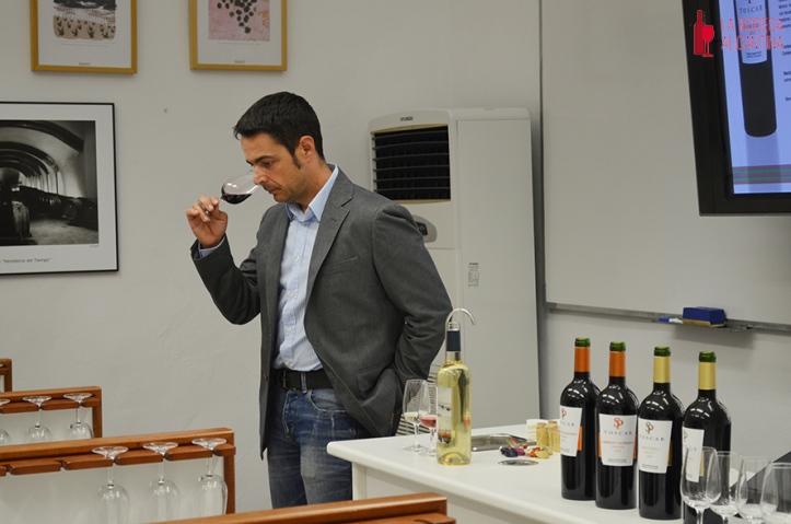 Durante la cata, Salvador Poveda puso hincapié en que sus vinos se han elaborado para el disfrute de quienes los prueben.
