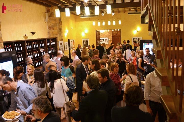 Tras la presentación se ofreció una degustación de los vinos y cavas presentados para todos los asistentes.