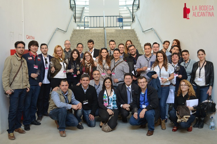 Los participantes de los concursos de jóvenes enólogos y sumilleres en una foto de familia, junto a los miembros del jurado.