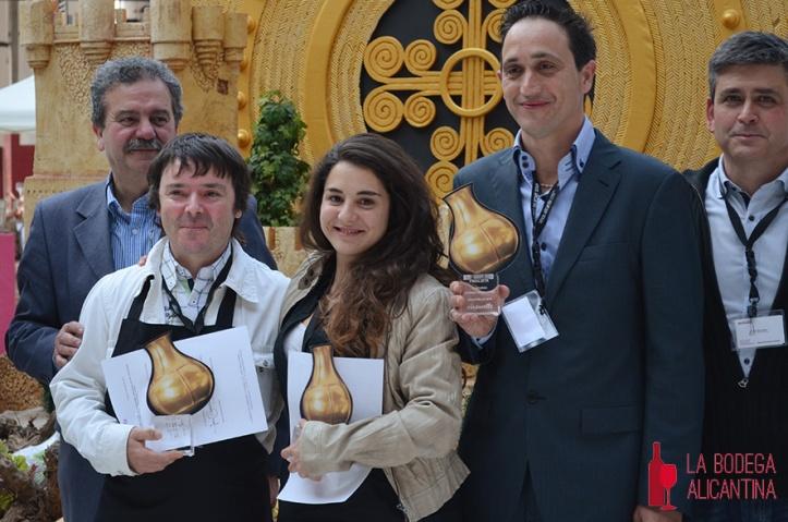 Los tres sumilleres ganadores del concurso posan tras recoger sus premios.