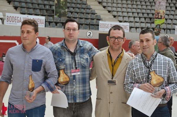 Los tres alumnos de la EPSO ganadores del concurso de enólogos junto a David B. López Lluch (segundo por la derecha), durante la entrega de trofeos.