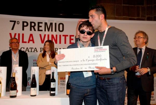 Rafael Reyes y Santiago Cadavid en el momento de recibir su premio de 3.000 euros como terceros clasificados. / Vila Viniteca