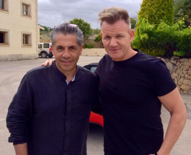 Gordon Ramsay (dcha.) junto a Pancho Campo durante su visita a bodegas Enrique Mendoza. / DOP Alicante