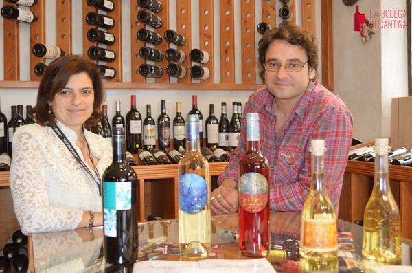 El bodeguero de Faelo Jaime Soto junto a la propietaria de Vinart en la presentación de loss vinos de esta bodega alicantina.