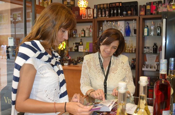 El interés del público por los vinos alicantinos crece cada día. En la imagen María José explica a una cliente la oferta de la bodega Faelo.