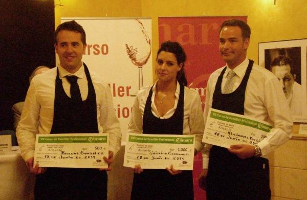 Los ganadores posan con los cheques de su premio tras el fallo del jurado de la prueba de excelencia. /Fotografía cedida por la Escuela de Catas de Alicante
