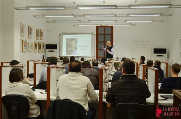 Alumnos del Curso de Sumiller recibiendo una clase sobre cava impartida por el profesor Jaume Gramona de la Universidad de Tarragona. /LBA