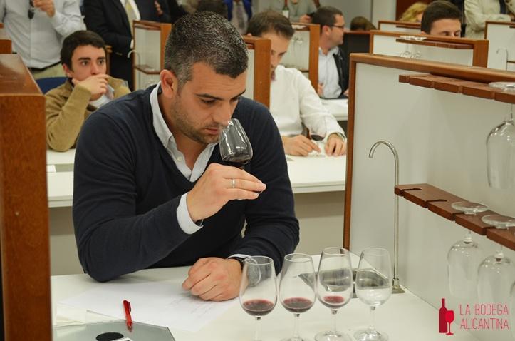Miguel Ángel Diaz durante una cata de presentación de vinos en Alicante. /LBA