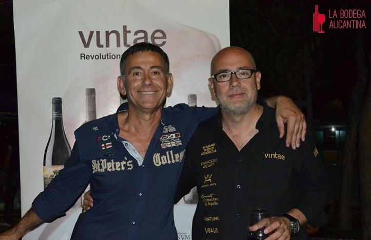 Eusebio Pastor-Pérez junto a Vicente Moreno (dcha.) apuestan por acercar los vinos a la gente joven. /LBA