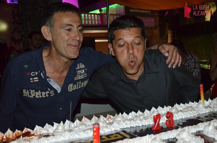 El propietario de Metro (dcha.) junto al promotor de la Wine Revolution soplando las velas de la tarta del 23º anviversario. /LBA