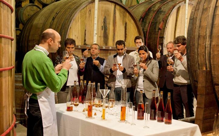 Un grupo de enoturistas asistiendo a una cata de brandy. /tierrasdelvino.blogspot.com