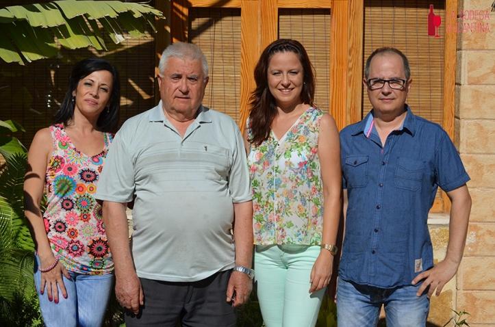 De izquierda a derecha, Eva, Vicente, Ana y Francesc son el alma del Racó de Anna, un restaurante ilicitano con tradición que apuesta por los vinos alicantinos. /LBA