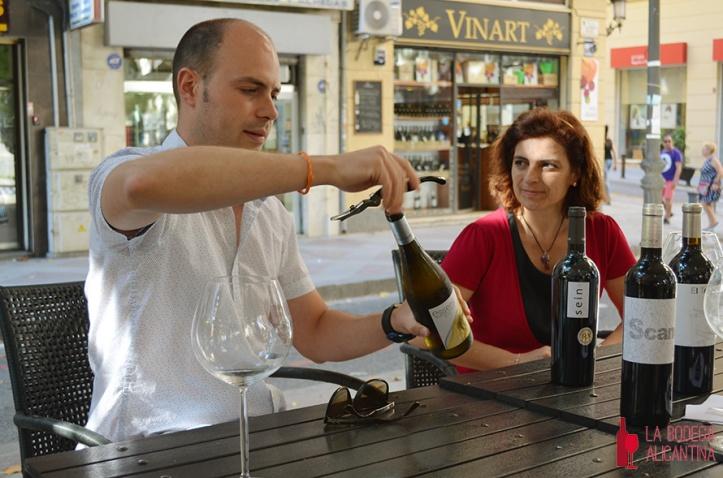Andres Carull descorchando una botella de Essens, su vino blanco fermentado en barricas, en presencia de María José Lara. /LBA