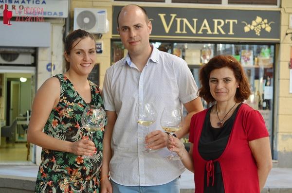 Marta Ribera y Andrés Carull junto a la propietaria de la enoteca Vinart María José Lara (dcha.). /LBA