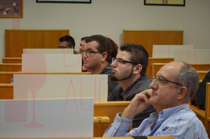 Los alumnos siguieron con interés las explicaciones del sumiller profesional. /LBA