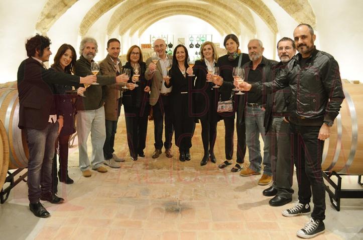 Foto de familia de los artistas junto al propietario de la bodega, el alcalde de Pinoso y la comisaria de la exposición. /LBA