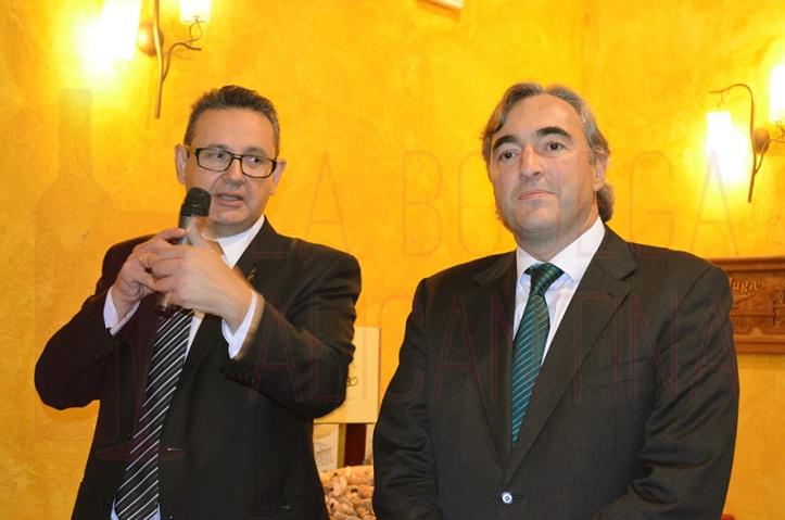 Juan José Sellés y Manuel Muga fueron los encargados de presentar la cata celebrada en la Escuela de Catas. /LBA