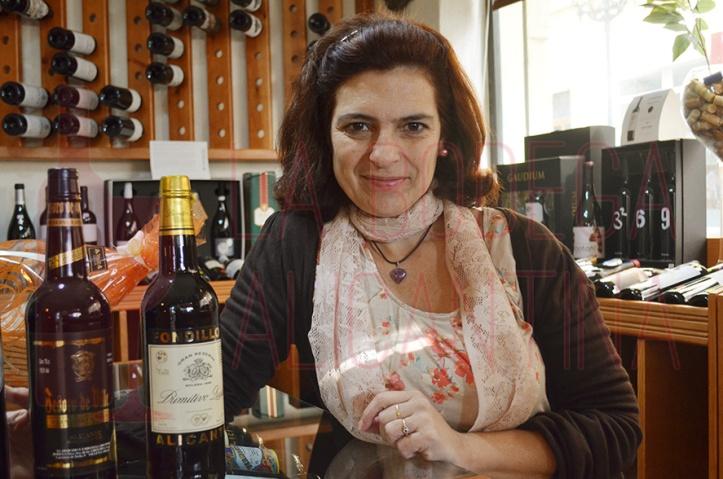 María José Lara apuesta en su establecimiento por la presencia de los vinos alicantinos. /LBA