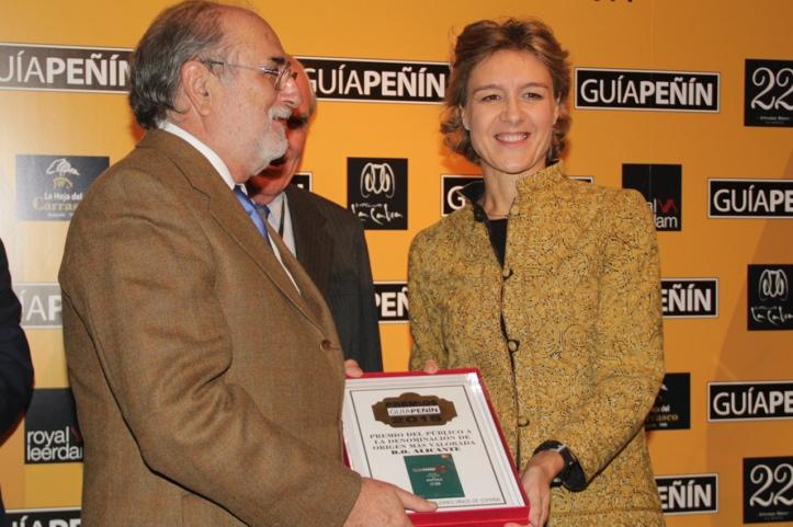 El Presidente del Consejo Regulador de la DOP Alicante recogiendo el premio Peñín de manos de la Ministra. /Vinos Alicante DOP