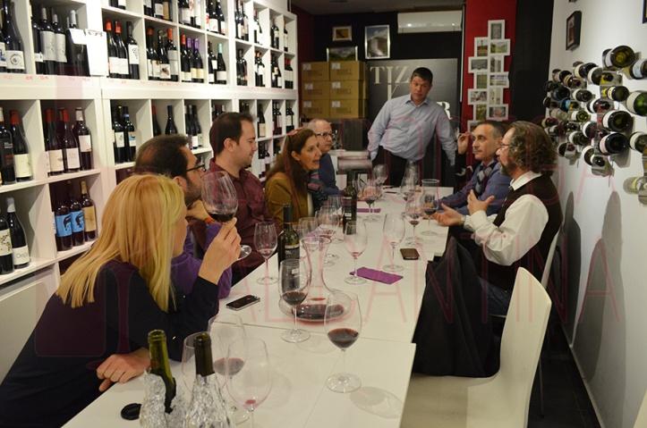 Tras la proyección se cataron tres vinos, uno de ellos Alfynal 100% Monastrell cortesía del bodeguero Stéphane Point. /LBA